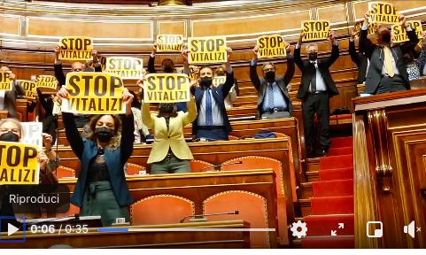 """Nel corso delle dichiarazioni di voto sulle mozioni relative ai vitalizi, i senatori di M5s, al momento dell'intervento della loro rappresentante Paola Taverna, hanno esposto dei cartelloni con la scritta """"Stop vitalizi""""."""
